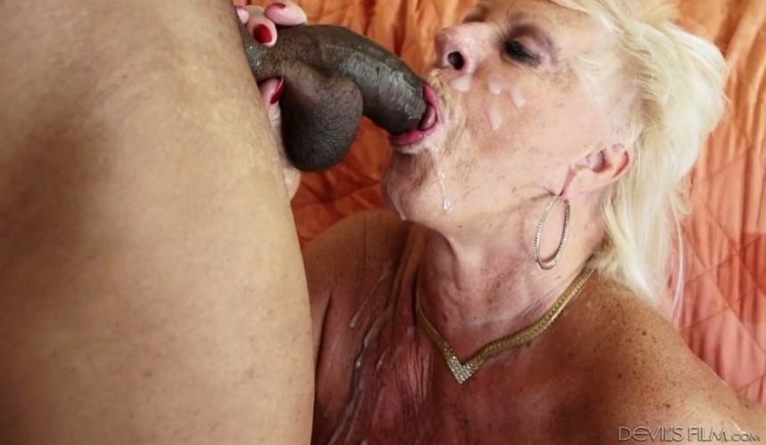 Oma saugt großen schwarzen Schwanz