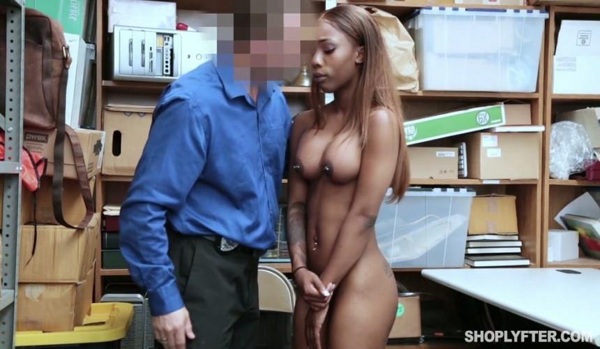 видео охранник книжного магазина трахнул девушку за воровство том, как
